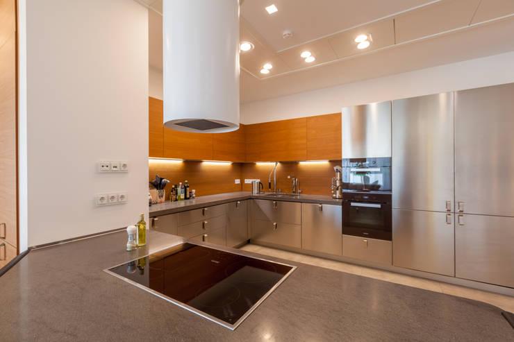 Квартира в современном стиле: Кухни в . Автор – ARTteam,
