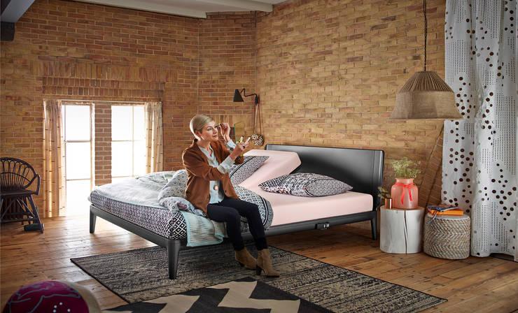 Designbett Essential mit lackiertem Kopfteil.:  Schlafzimmer von homify