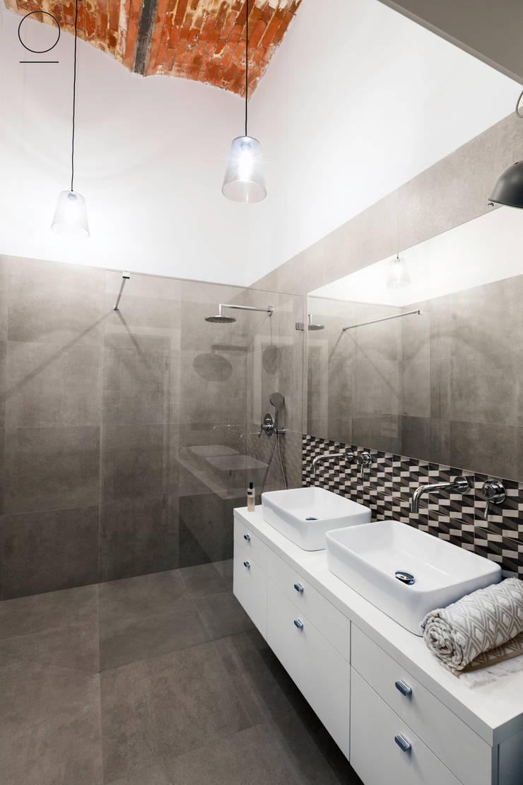 Loft w Łodzi : styl , w kategorii Łazienka zaprojektowany przez OIKOI