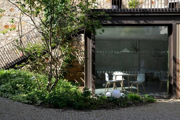 Foyer Mélingue, Paris 20ème: Jardin de style  par Atelier Roberta