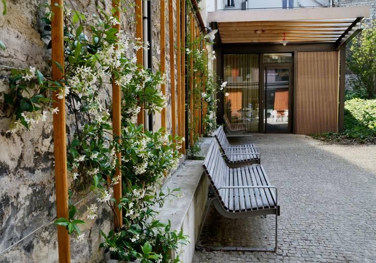 Jardins modernos por Atelier Roberta