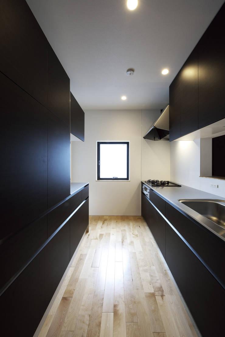 house in ayase: 株式会社廣田悟建築設計事務所が手掛けたキッチンです。,
