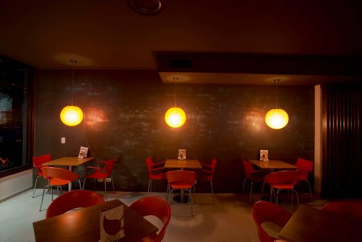 Shanti Bar Restaurant: Comedores de estilo moderno por Majo Barreña Diseño de Interiores