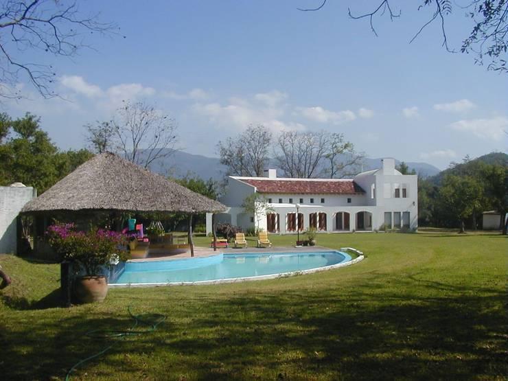 Casa Finca Suárez: Casas de estilo  por Moya-Arquitectos