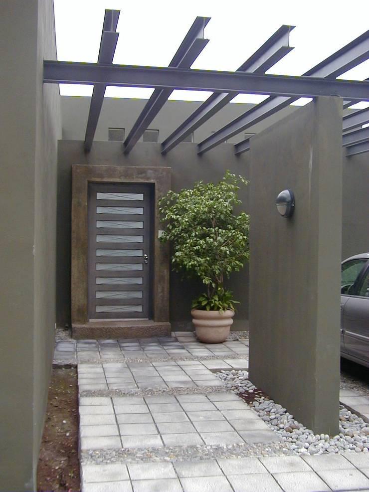 Casa Gamez: Casas de estilo  por Moya-Arquitectos