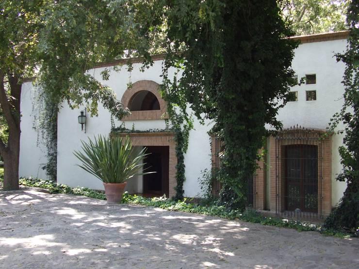 Casa Zertuche- El Saltillo: Casas de estilo  por Moya-Arquitectos