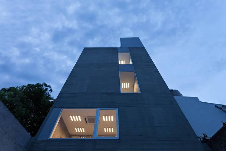Houses by SMF Arquitectos  /  Juan Martín Flores, Enrique Speroni, Gabriel Martinez