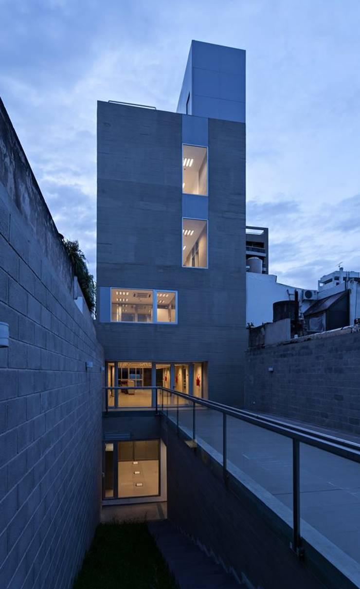 Fachadas realizadas por el Estudio: Casas de estilo  por SMF Arquitectos  /  Juan Martín Flores, Enrique Speroni, Gabriel Martinez