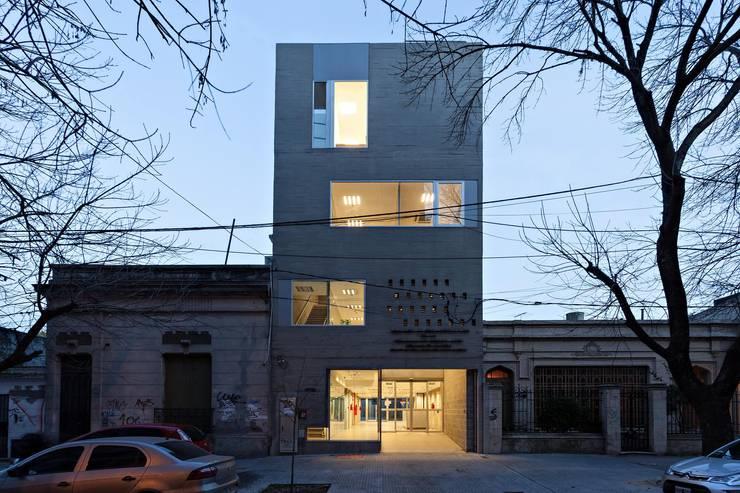 บ้านและที่อยู่อาศัย by SMF Arquitectos  /  Juan Martín Flores, Enrique Speroni, Gabriel Martinez