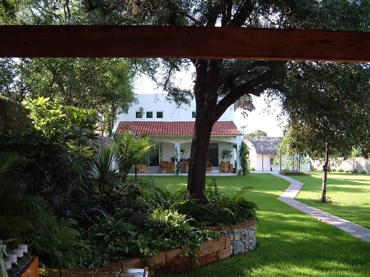Casa JL Moya: Casas de estilo  por Moya-Arquitectos