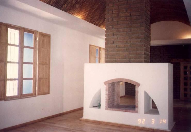 Las Palomas: Albercas de estilo  por Moya-Arquitectos