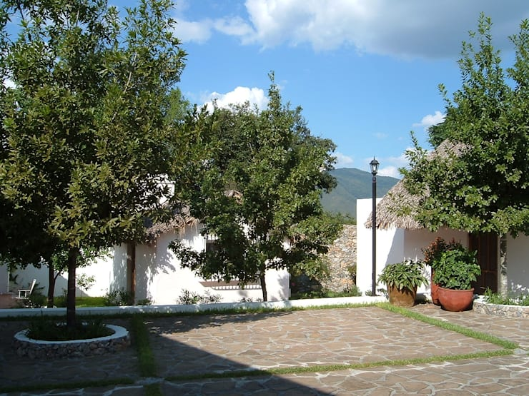 Casas de estilo moderno de Moya-Arquitectos
