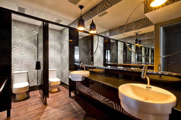 Lavabos Clientes | Forneria Copacabana | Iguaçu: Banheiro  por Claudia Pereira Arquitetura