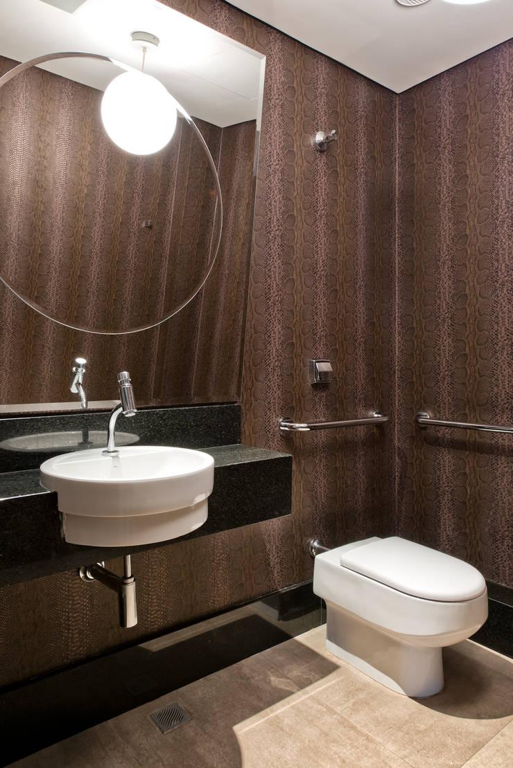 Lavabo | Forneria Copacabana | Iguaçu.: Banheiro  por Claudia Pereira Arquitetura