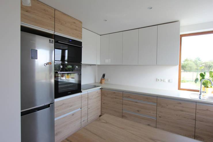 BIEL I DREWNO – ŁAZIENKA I KUCHNIA W DOMU W ZAWIŚCI: styl , w kategorii Kuchnia zaprojektowany przez Architektura Wnętrz Magdalena Sidor