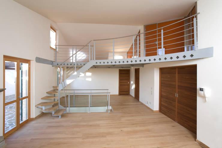 Soppalco in acciaio, legno e vetro verniciato: Soggiorno in stile in stile Industriale di fasedesign