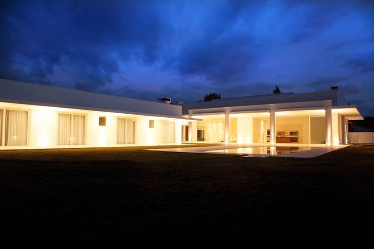 Residencia Condominio Pousada  | Quatro Barras: Casas  por Claudia Pereira Arquitetura