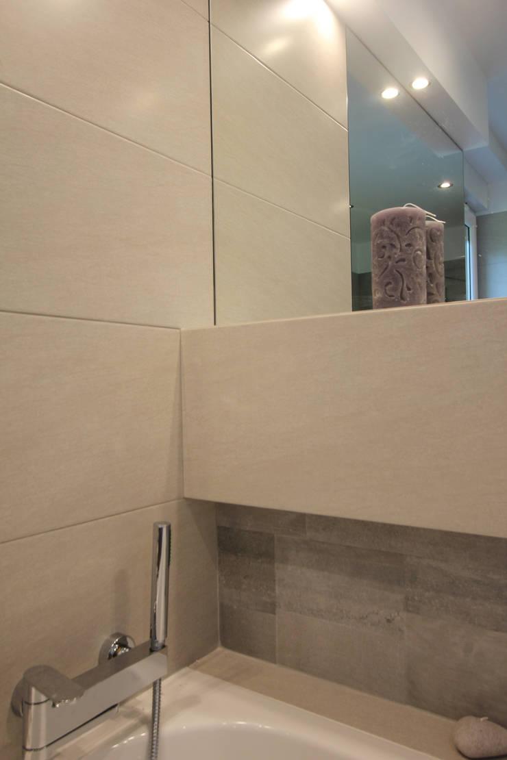 ŁAZIENKA W SZAROŚCIACH Z DREWNEM: styl , w kategorii Łazienka zaprojektowany przez Architektura Wnętrz Magdalena Sidor