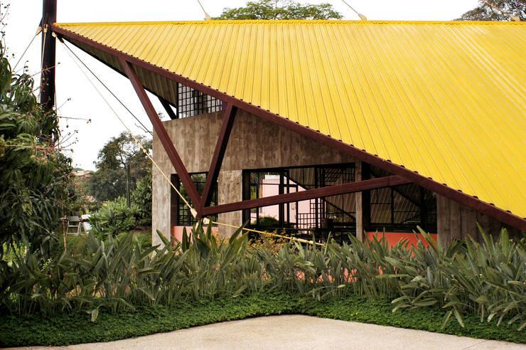 Detalhe da estrutura da cobertura: Casas modernas por Carlos Bratke Arquiteto