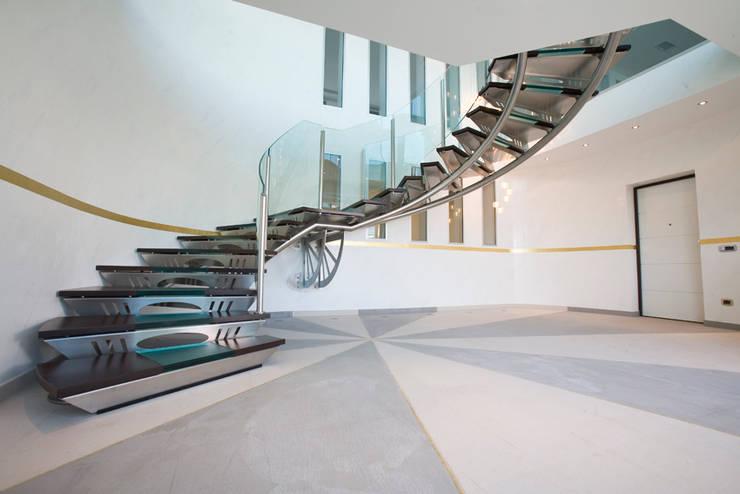 Vestíbulos, pasillos y escaleras de estilo  de fasedesign