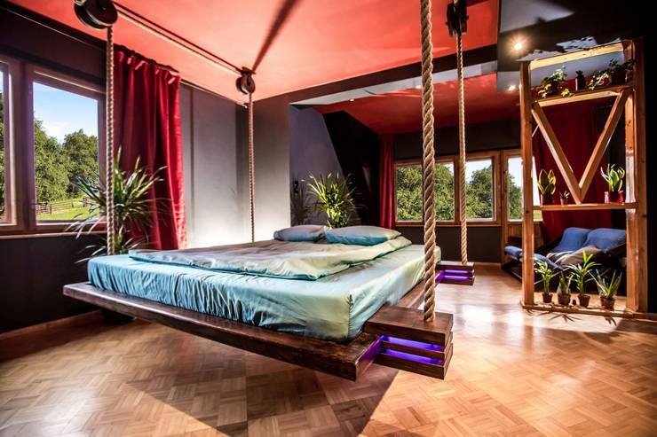 Wiszące łóżko Imperial Couch: styl , w kategorii Sypialnia zaprojektowany przez Hanging beds