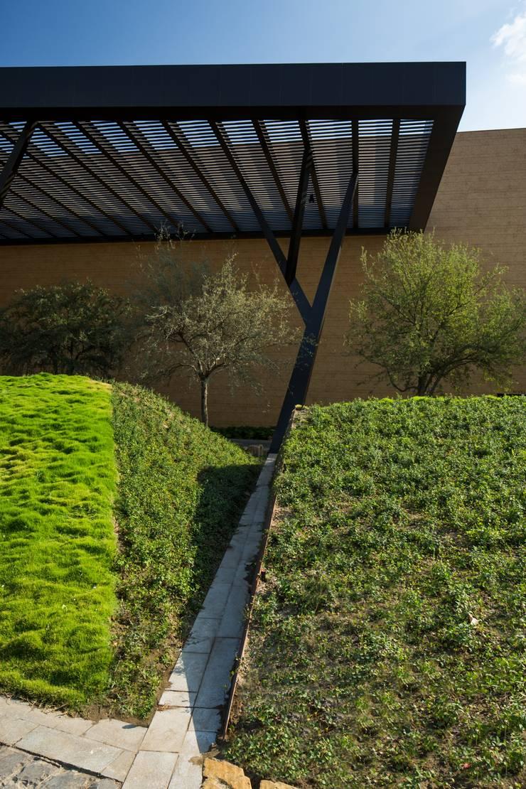 PUEBLO SERENA : Jardines de estilo  por HARARI LANDSCAPE