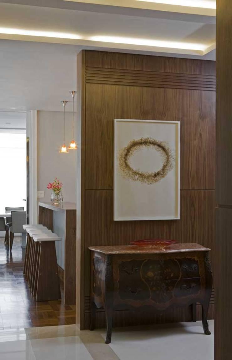 Apartamento Higienópolis 3: Corredores e halls de entrada  por Marcelo Rosset Arquitetura,Moderno