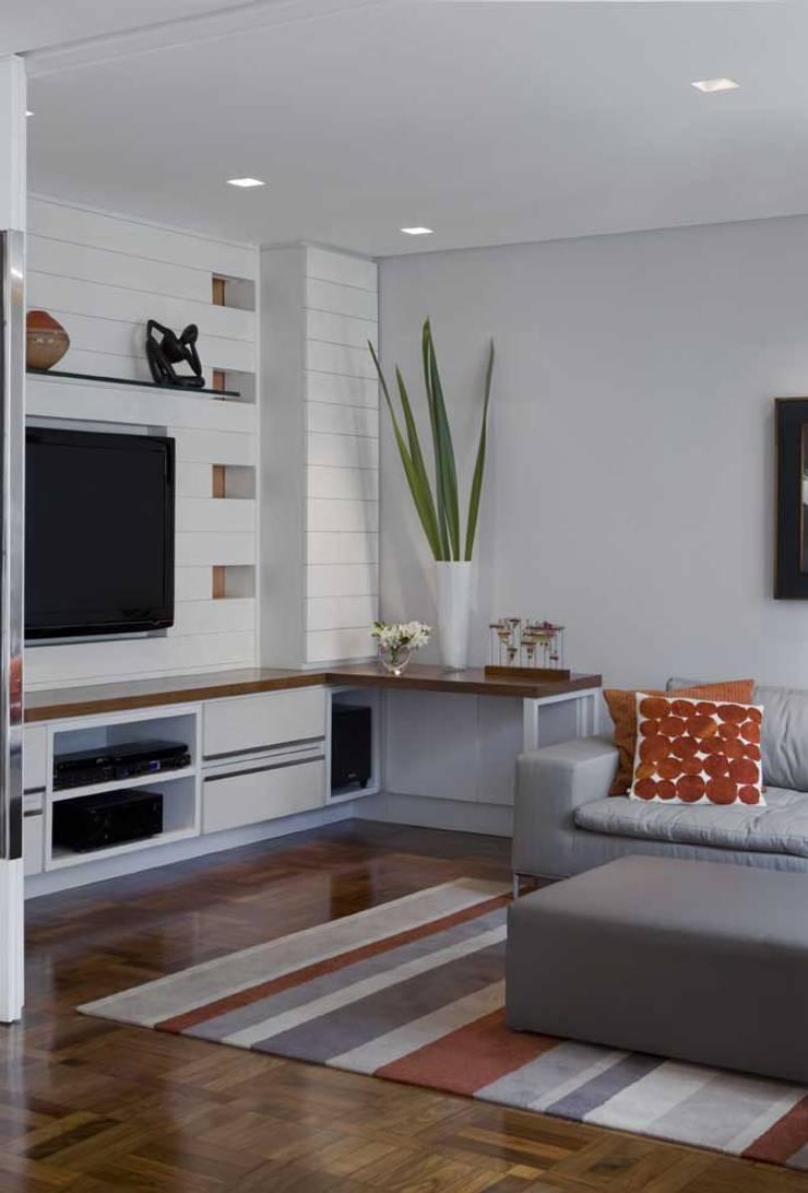 Apartamento Higienópolis 3: Salas multimídia  por Marcelo Rosset Arquitetura,Moderno