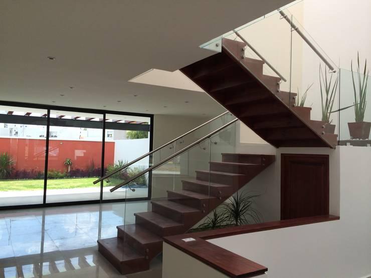 Vestíbulo: Pasillos y recibidores de estilo  por Ambás Arquitectos