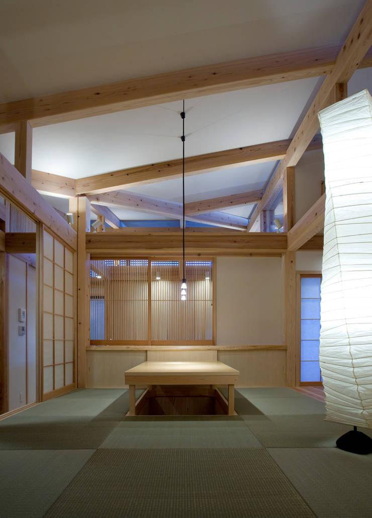 saijo house: 髙岡建築研究室が手掛けたリビングです。