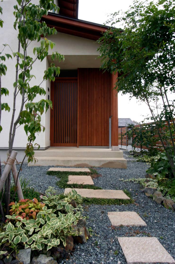 まかないや(賄家): 大林勇設計事務所が手掛けた玄関&廊下&階段です。