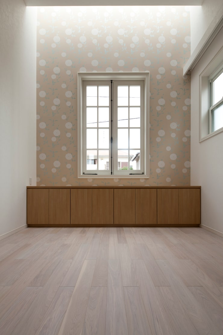 Salones de estilo  de TTAA/ 高木達之建築設計事務所, Moderno