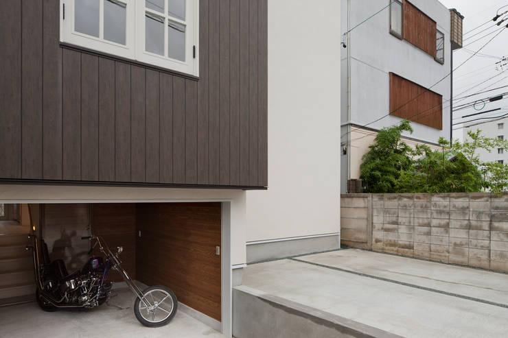 ハーレーのある住宅: TTAA/ 高木達之建築設計事務所が手掛けたガレージです。