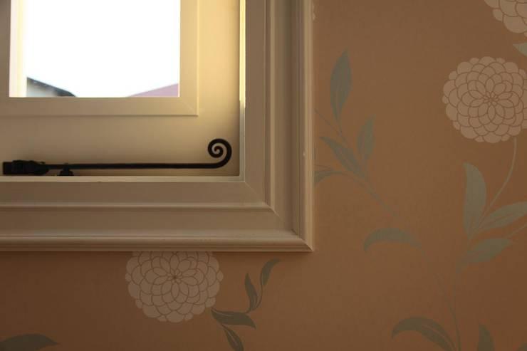 ハーレーのある住宅: TTAA/ 高木達之建築設計事務所が手掛けた窓です。