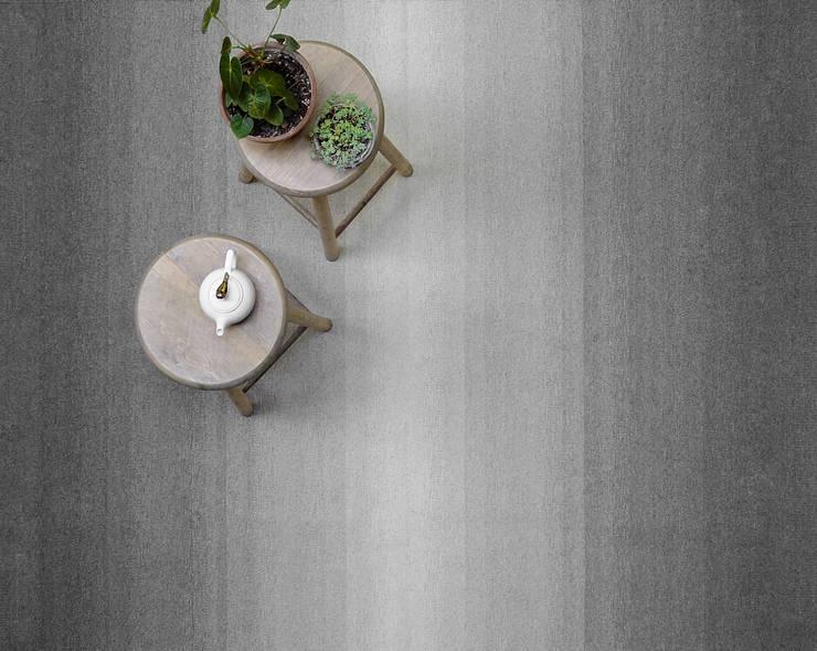 Tapete degradado en grises: Hogar de estilo  por colorindio