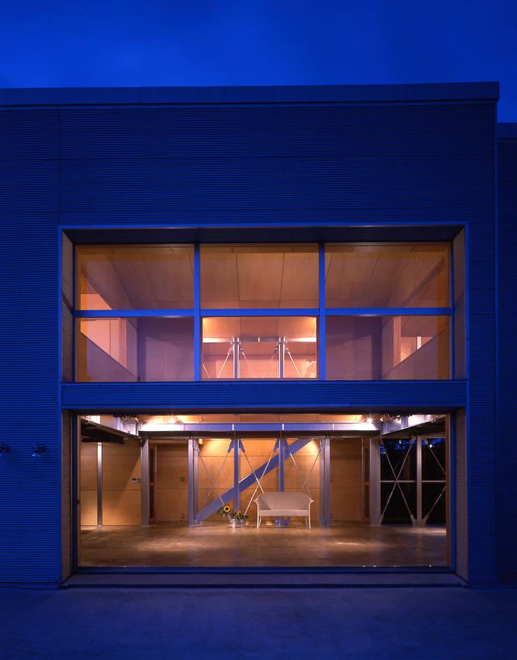 夜景の南側全景: Guen BERTHEAU-SUZUKI  Co.,Ltd.が手掛けた家です。,
