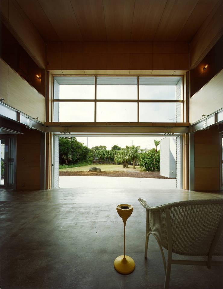 リビングから庭を望む: Guen BERTHEAU-SUZUKI  Co.,Ltd.が手掛けたリビングです。,