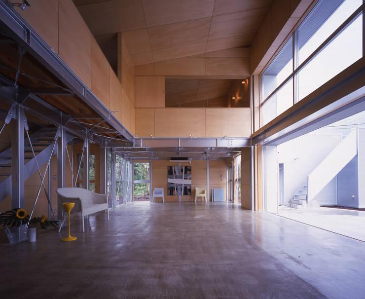 リビングからアトリエを見る: Guen BERTHEAU-SUZUKI  Co.,Ltd.が手掛けた和室です。,