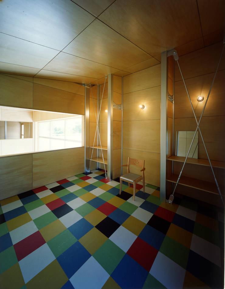 2階の寝室: Guen BERTHEAU-SUZUKI  Co.,Ltd.が手掛けた寝室です。,