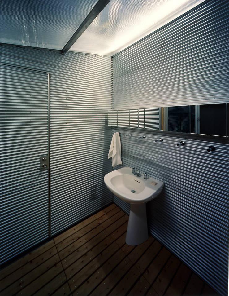 2階浴室: Guen BERTHEAU-SUZUKI  Co.,Ltd.が手掛けた浴室です。,