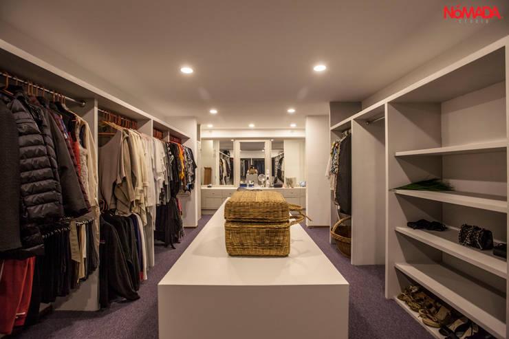 Casa Bosques de las Lomas, México Distrito Federal : Vestidores y closets de estilo moderno por Nómada Studio