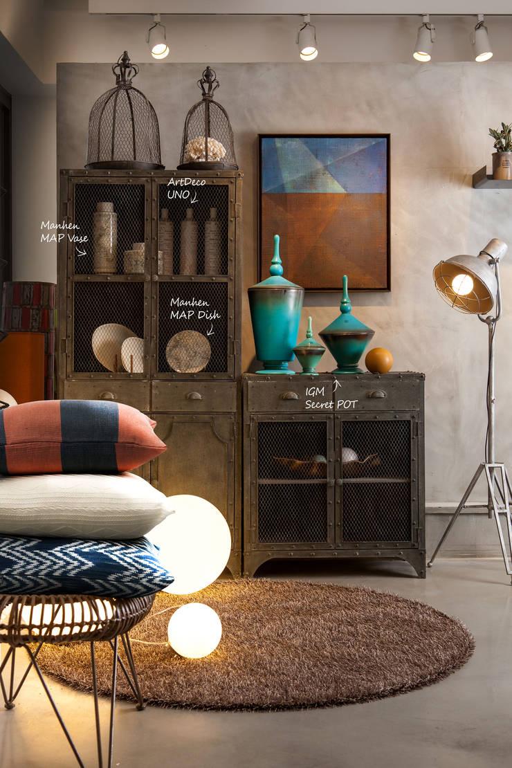 인더스티리얼 스타일의 living room: 마요 MAYO의  거실