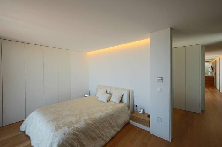 Casa em Guimarães: Quartos minimalistas por 3H _ Hugo Igrejas Arquitectos, Lda