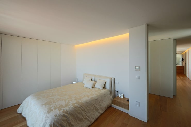 Bedroom by 3H _ Hugo Igrejas Arquitectos, Lda