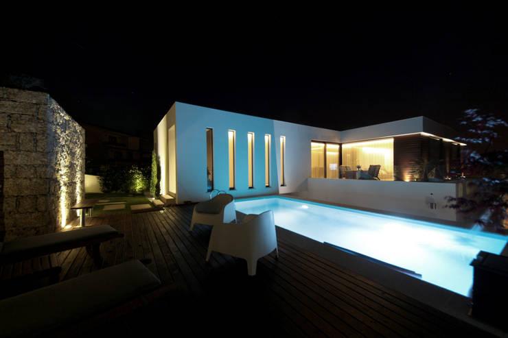 Casa em Guimarães: Piscinas minimalistas por 3H _ Hugo Igrejas Arquitectos, Lda
