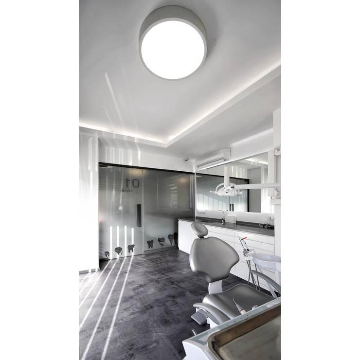 Clínicas de estilo  por Glaister Gaucher Architechts,