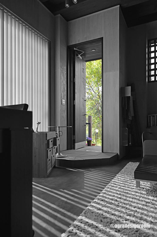 玄関は、その家の顔・・・。ちょっと楽しい顔があっても良い!: アグラ設計室一級建築士事務所 agra design roomが手掛けた廊下 & 玄関です。