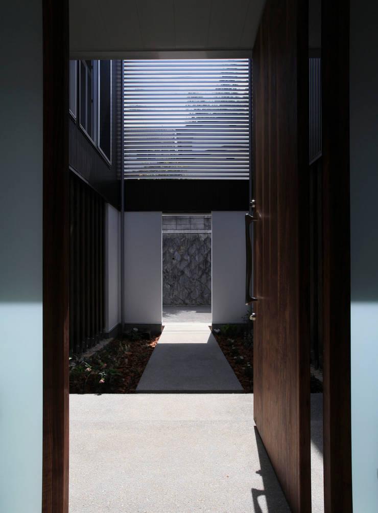 higashino house: 髙岡建築研究室が手掛けた廊下 & 玄関です。