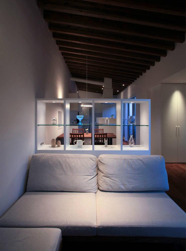 higashino house: 髙岡建築研究室が手掛けたリビングです。