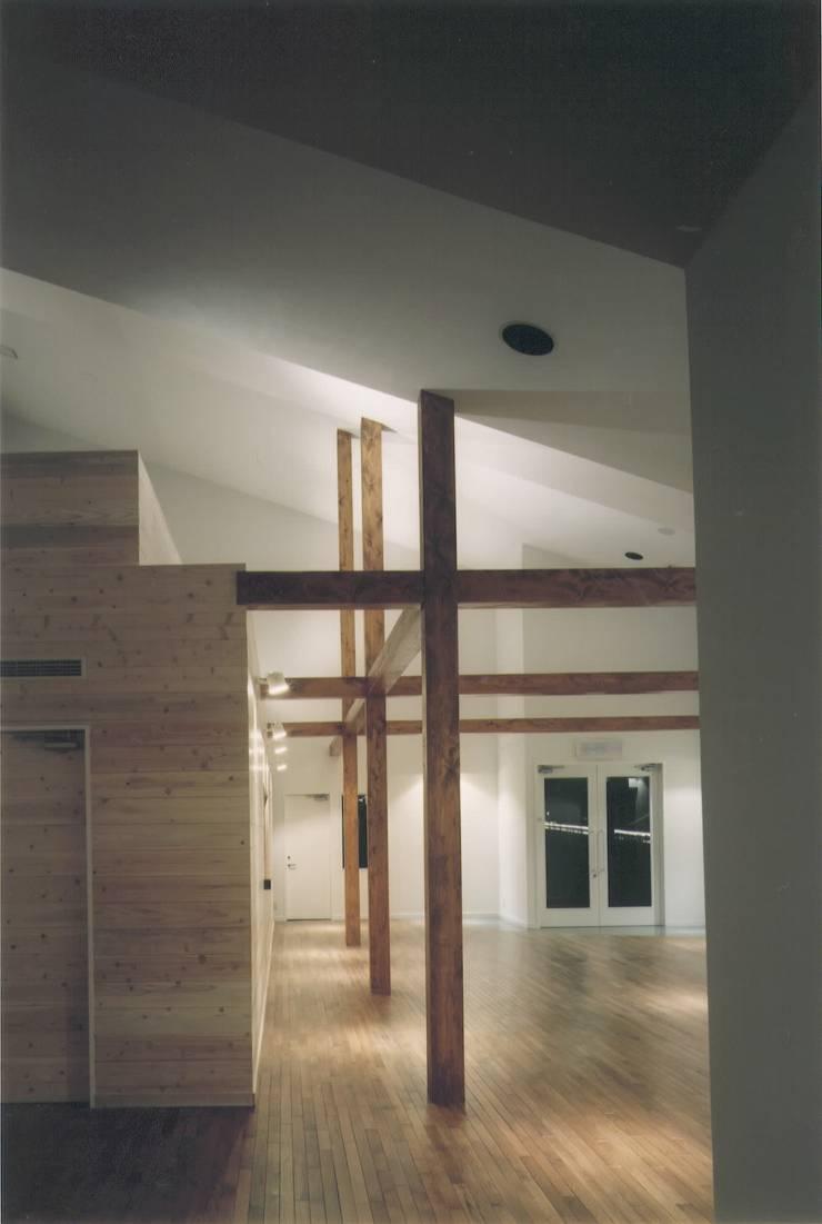 Salones de estilo  de 株式会社 高井義和建築設計事務所, Moderno Madera Acabado en madera